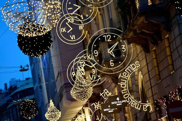 Christmas lights decorations are pictured in the Quadrilatero della Moda, a high-class shopping district, in Milan - Sputnik Latvija