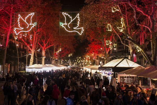 Illuminated peace doves hang over Las Ramblas during the inauguration of this year's Christmas lights in Barcelona - Sputnik Latvija