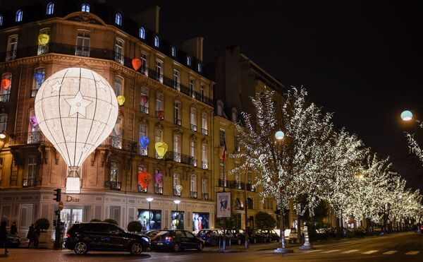 The facade of the French fashion house and luxury goods Christian Dior shop on the Avenue Montaigne in Paris, decorated with Christmas lights - Sputnik Latvija