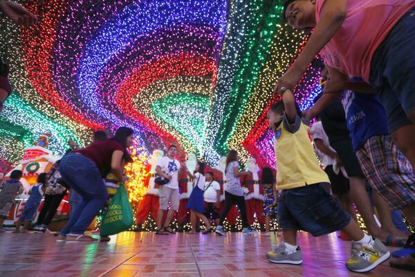 Filipinos pose as they tour the inside of the Christmas House owned by businessman Alexander Cruz in suburban Cainta, Rizal province east of Manila, Philippines - Sputnik Latvija