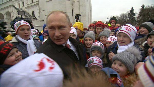 Bērni apbēruši ar jautājumiem Vladimiru Putinu pēc Jaungada pasākuma Kremlī - Sputnik Latvija
