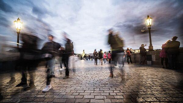 Люди идут по городской улице - Sputnik Латвия
