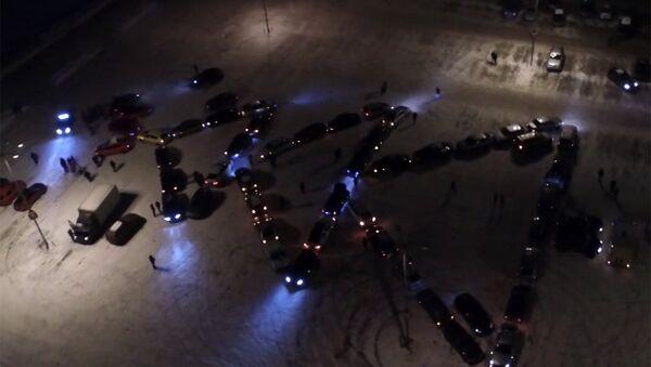 Более 50 машин выстроились в фигуру новогодней ели во Владимире - Sputnik Латвия