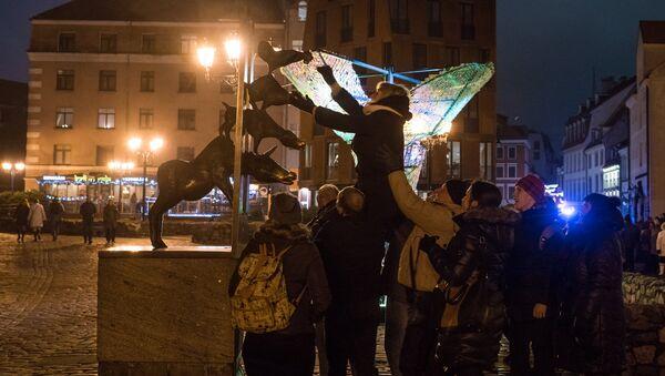 Туристы у памятника Бременским музыкантам в Старой Риге - Sputnik Латвия