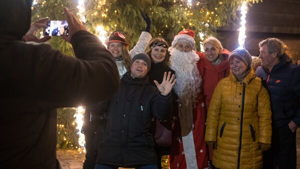 Люди фотографируются с Дедом Морозом - Sputnik Латвия