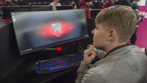 Молодой человек перед киберспортивного турнира - Sputnik Латвия