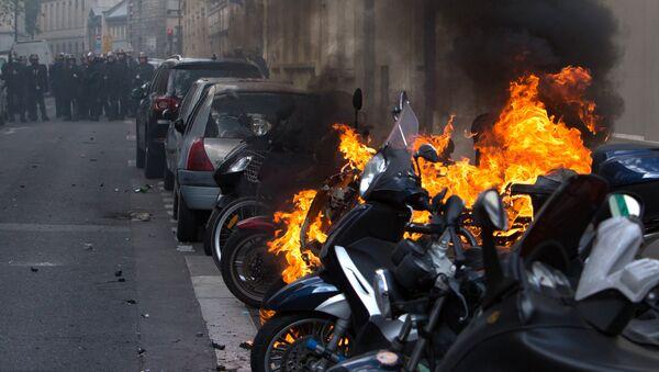 Беспорядки во время первомайских демонстраций в Париже - Sputnik Latvija