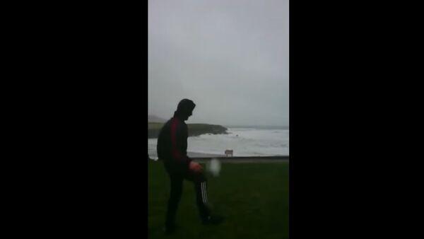 Īrs spēlē futbolu ar viesuli - Sputnik Latvija