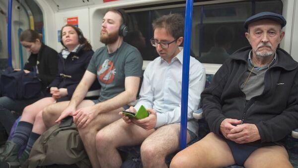 Флешмоб В метро без штанов прошел в подземке Лондона - Sputnik Латвия