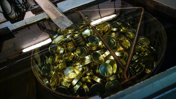 Закатанные консервы отправляются в автоклав для стерилизации - Sputnik Latvija