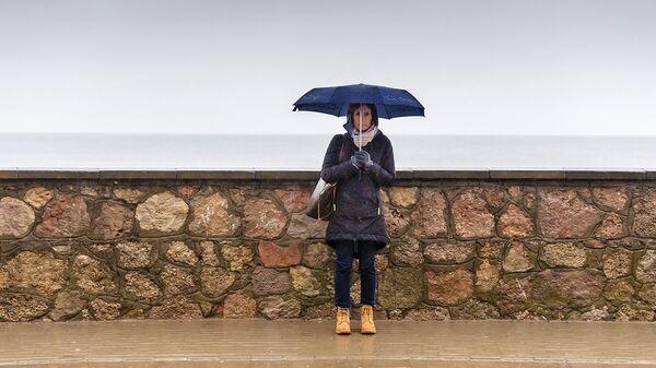 Девушка под зонтом на улице Юра, станция Дзинтари - Sputnik Латвия