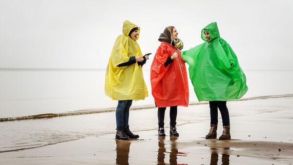 Meitenes lietusmēteļos - Sputnik Latvija