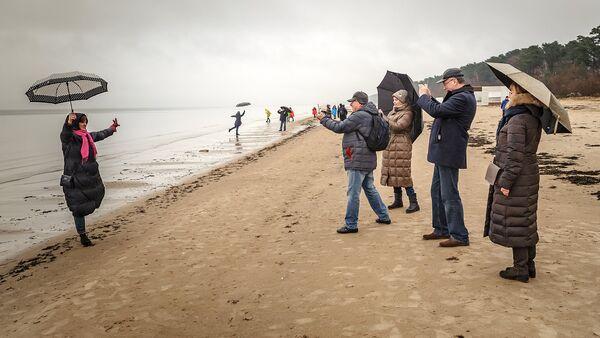 Tūristi fotografējas Jūrmalas pludmalē - Sputnik Latvija