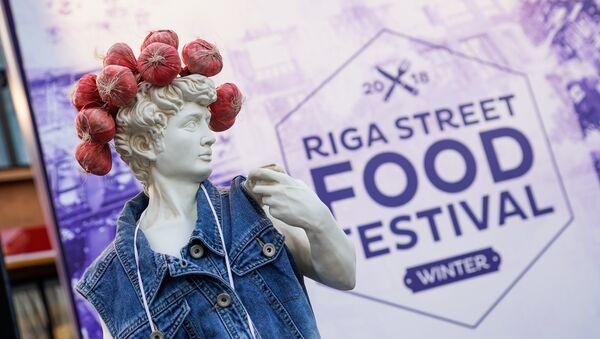 Античная скульптура с местным колоритом отображает суть фестиваля: еда может быть крестьянской и изысканной одновременно - Sputnik Латвия