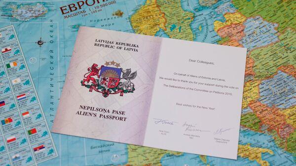 Поздравительная открытка в виде паспорта негражданина Эстонии на карте Европы - Sputnik Латвия