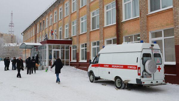 Автомобиль скорой помощи у школы № 127 в Перми - Sputnik Латвия