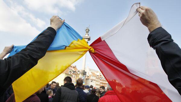 Люди держат связанные флаги Польши и Украины в Варшаве - Sputnik Latvija