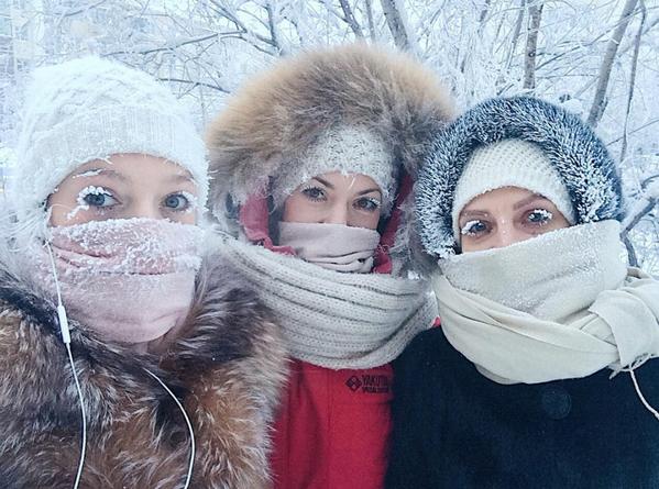 Meitenes uz ielas stiprā salā Jakutskā - Sputnik Latvija