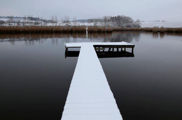 Sniega klāta piestātne ezerā pie Etjeka ciema Ungārijā - Sputnik Latvija
