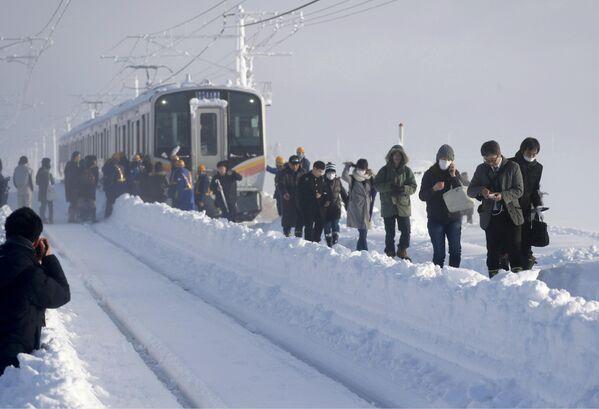 Vilciens iestrēdzis starp stacijām spēcīgā sniegputenī Japānā - Sputnik Latvija