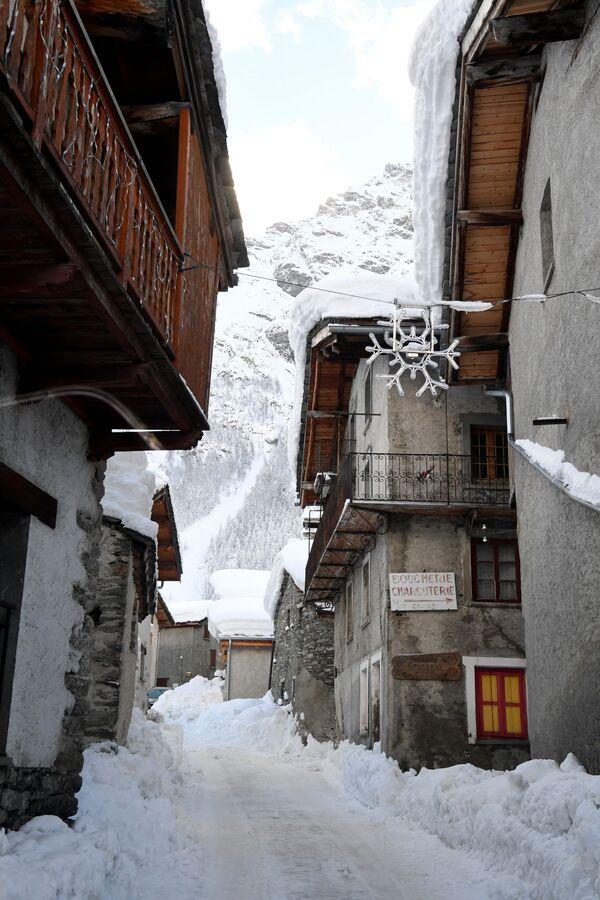 Sniegota iela Besana ciemā, Francijas Alpos - Sputnik Latvija