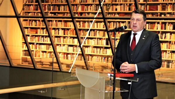 Президент Латвии Раймондс Вейонис на открытии Народной книжной полки в Латвийской национальной библиотеке, 18 января 2018 года - Sputnik Латвия