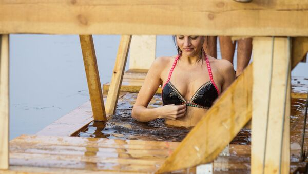 В Риге прошел чин Великого освящения вод Даугавы и крещенские купания - Sputnik Латвия