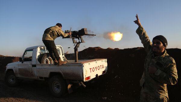 Турецкие военные из Свободной сирийской армии стреляют по позициям курдов в районе Африна - Sputnik Латвия