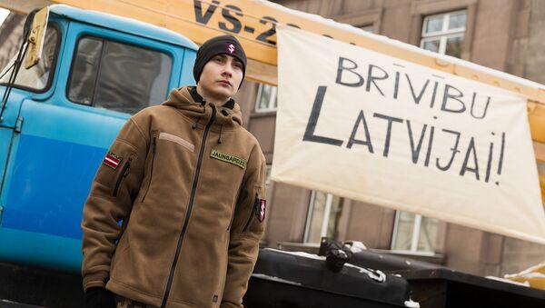 Почетный караул Яунсардзе у инсталляции перед зданием кабинета министров, посвященной январским баррикадам 1991 года, 19 января 2018 года - Sputnik Latvija