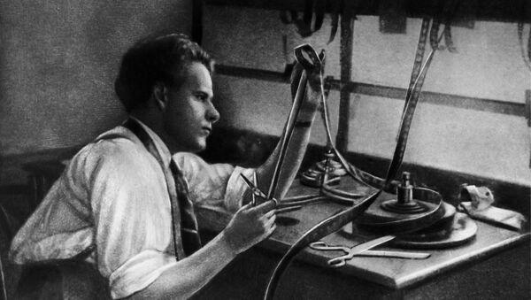 Советский режиссер Сергей Михайлович Эйзенштейн во время работы за монтажным столом. 1925 год. - Sputnik Латвия