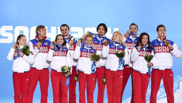 Сборная команда России, завоевавшая золотые медали в командных соревнованиях по фигурному катанию на XXII зимних Олимпийских играх в Сочи, во время медальной церемонии. - Sputnik Латвия