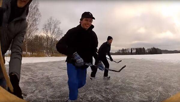 Sava līga: Latvijas iedzīvotāji spēlēja hokeju uz ezera ledus - Sputnik Latvija