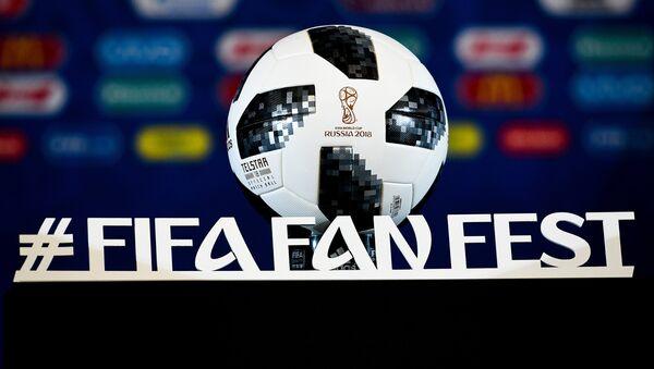 Официальный мяч чемпионата мира по футболу 2018 Telstar 18 - Sputnik Латвия
