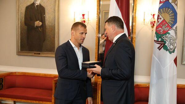 Президент Латвии Раймондс Вейонис вручил боксеру Майрису Бриедису орден Трех звезд, 24 января 2018 года - Sputnik Латвия