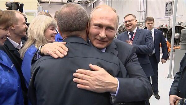 Путин предложил расцеловать рабочего за вопрос о наградах для предприятий - Sputnik Латвия