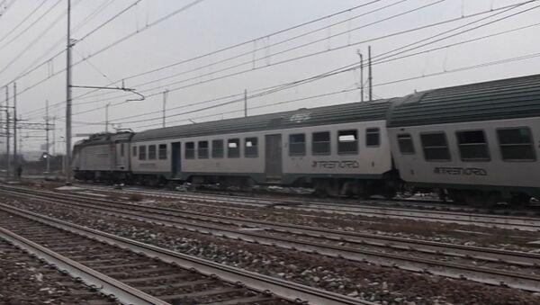 Поезд, следовавший из Кремоны в Милан, сошел с рельсов - Sputnik Латвия