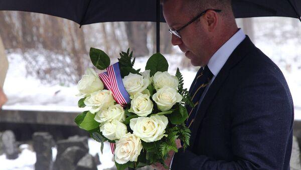 Представитель посольства США на церемонии возложения венков в Бикерниекском лесу - Sputnik Латвия