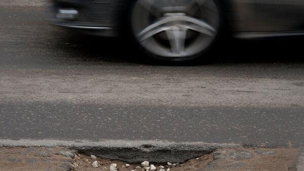 Ямы и рытвины на разбитом дорожном покрытии - Sputnik Латвия