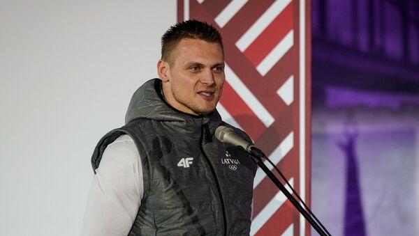 Бобслеист Даумантс Дрейшкенс, знаменосец сборной Латвии на зимних олимпийских играх в Пхенчхане - Sputnik Латвия
