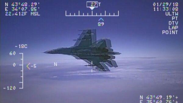 США опубликовали видео перехвата своего самолёта-разведчика российским Су-27 - Sputnik Латвия