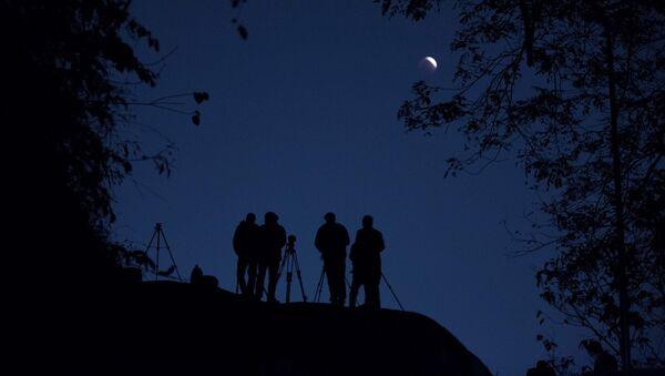 Люди наблюдают за суперлунием в Гувахати, Индия - Sputnik Latvija