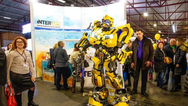 Robots-transformers pastaigājas pa tūrisma izstādi - Sputnik Latvija