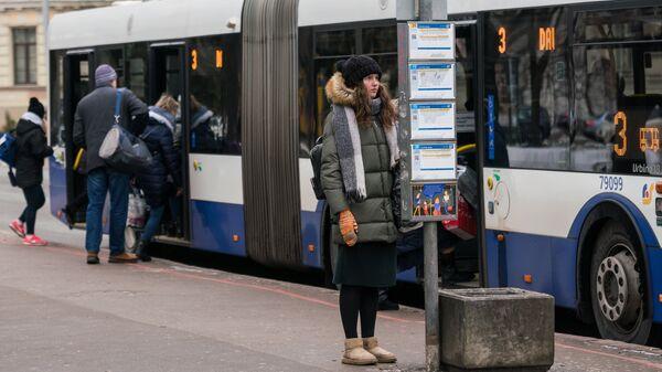 Девушка на остановке городского транспорта в Риге - Sputnik Latvija