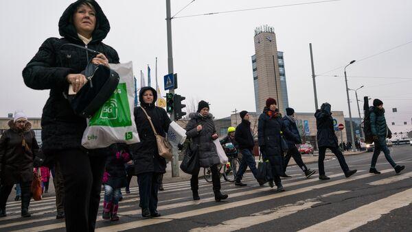 Прохожие на пешеходном переходе у железнодорожного вокзала в Риге - Sputnik Латвия