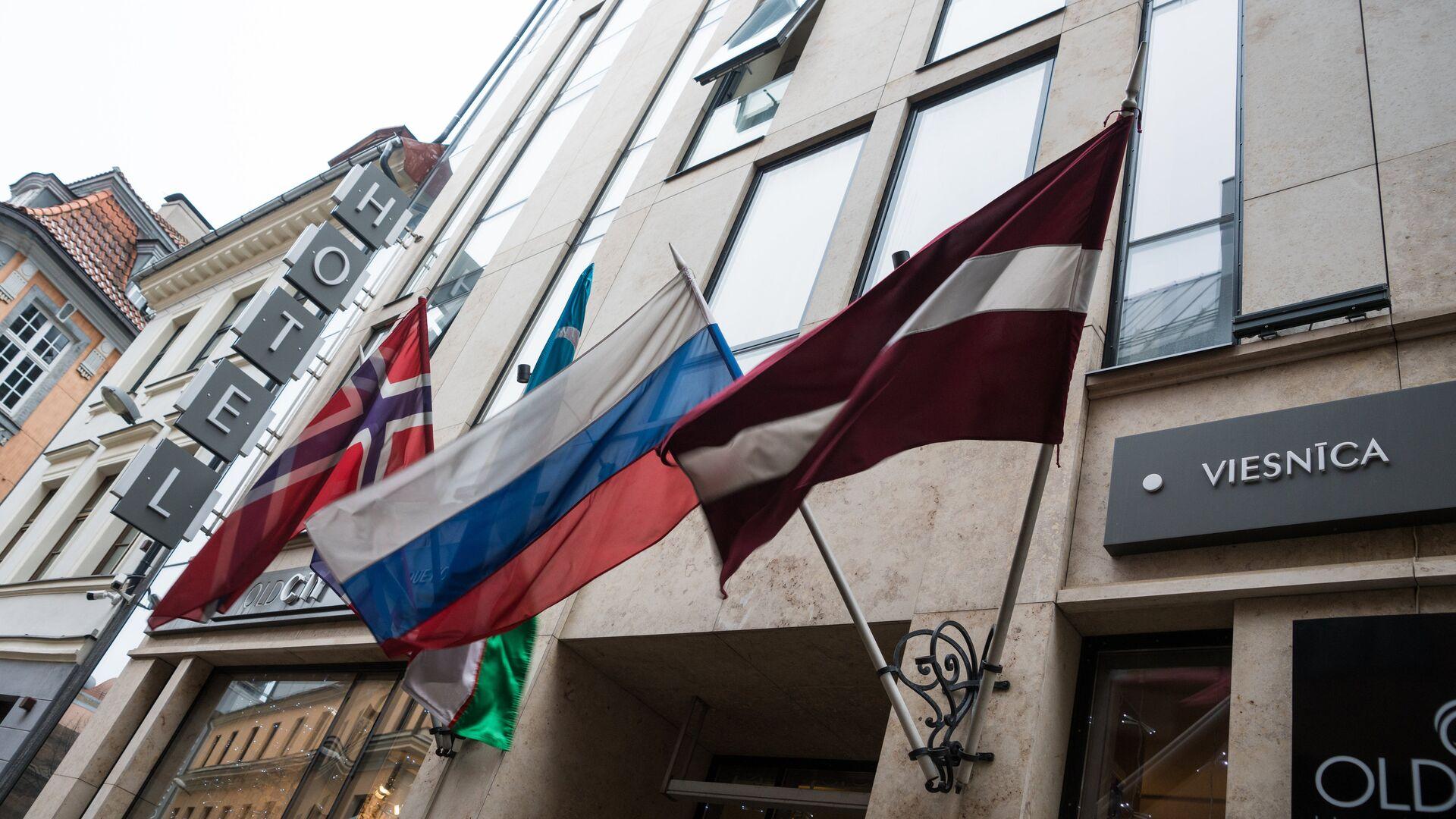 Флаги на фасаде здания гостиницы в Старой Риге - Sputnik Латвия, 1920, 18.07.2021
