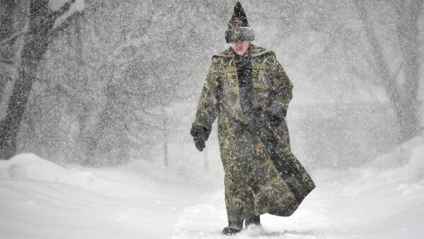 Молодой человек в историческом костюме во время снегопада на территории музея-заповедника Коломенское - Sputnik Латвия