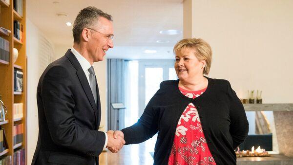 NATO ģenerālsekretārs Jenss Stoltenbergs tikšanās laikā ar Norvēģijas premjerministri Ernu Sūlbergu - Sputnik Latvija