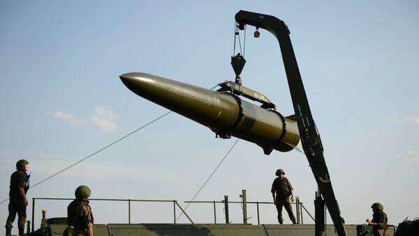 Развертывание оперативно-тактического ракетного комплекса Искандер-М - Sputnik Латвия
