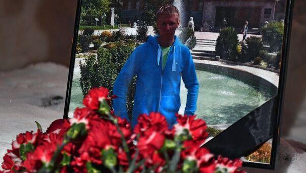 Цветы в память о погибшем летчике майоре Романе Филипове у здания министерства обороны РФ в Москве - Sputnik Латвия