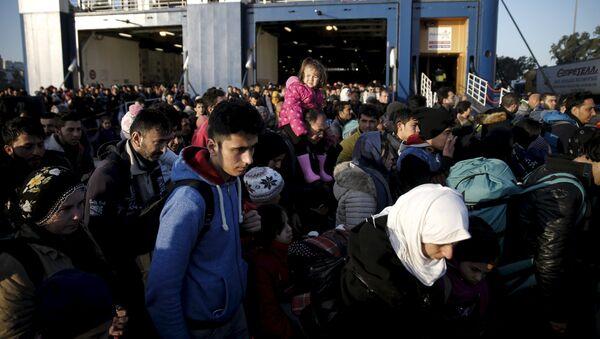 Беженцы и мигранты в порту - Sputnik Латвия